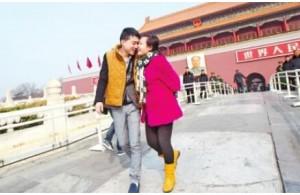 郑州90后患癌女孩冯莹抵京看病老公杨海斌背其逛天安门
